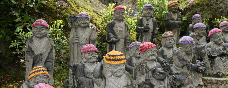 יפן - פסלי נזירים בודהיסטים במנזר באי מיאג'ימה