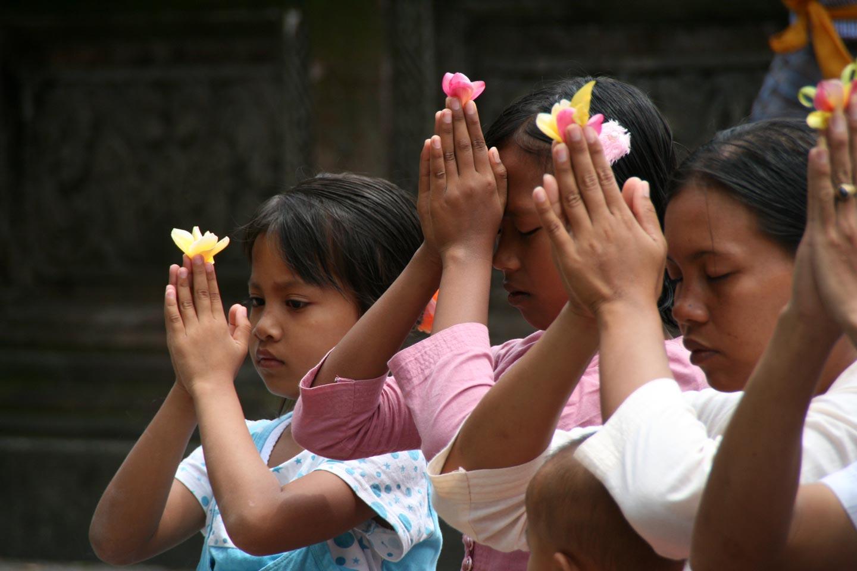 משפחה בתפילה לאלים, במקדש באי באלי, אינדונזיה