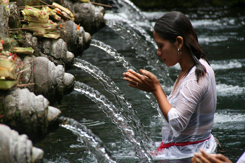תפילה והטהרות במעיין קדוש באי באלי, אינדונזיה