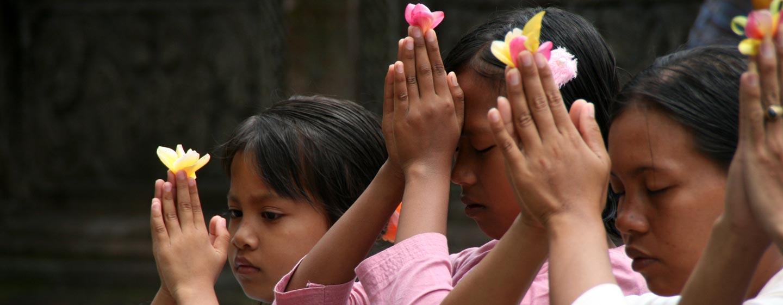 באלי / אינדונזיה - משפחה בסגידה לאלים