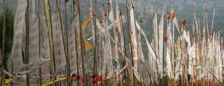 בוטאן - דגלי תפילה בודהיסטים