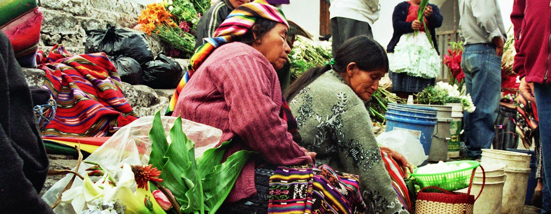 גואטמלה - מוכרות הפרחים מכנסיית סנטו תומס בעיירה צ'יצ'יקסטננגו