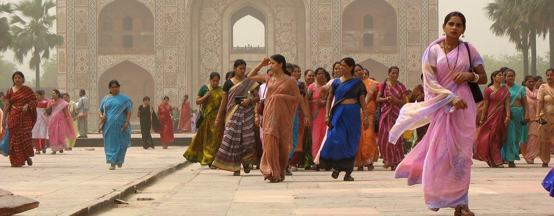הודו | אגרה - נשים צבעוניות ביציאה מהטאג' מהאל