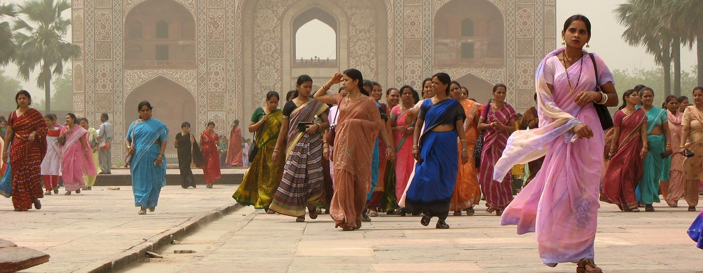 נשים בכניסה לטאג' מהאל באגרה