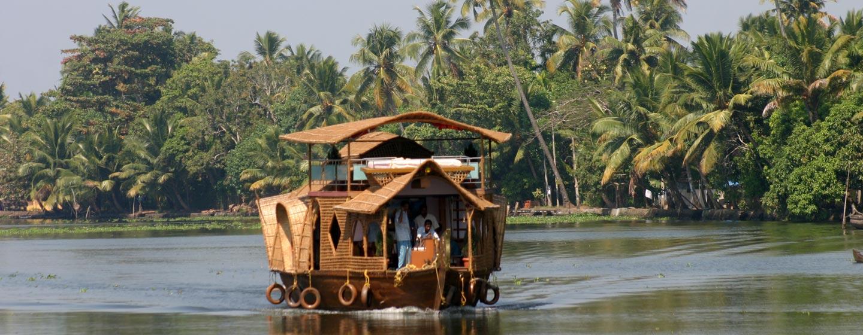 דרום הודו - סירה בתעלות של קראלה