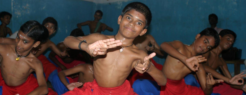 דרום הודו - ילדים לומדים ריקוד קטאקאלי בקראלה