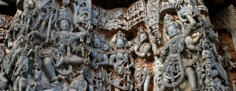 דרום הודו - תבליטי קיר עם דמויות מהמיתולוגיה ההודית במדינת קרנאטקה