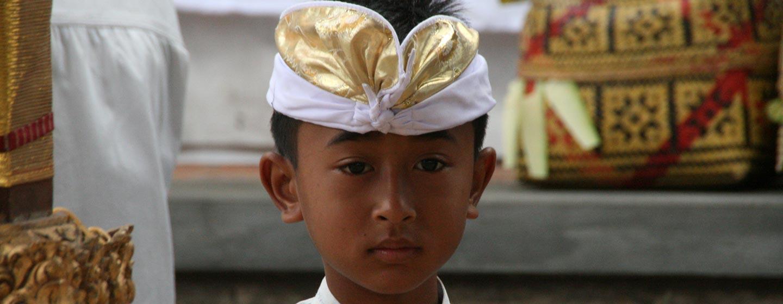 נער באלינזי בעת פסטיבל - האי באלי | אינדונזיה