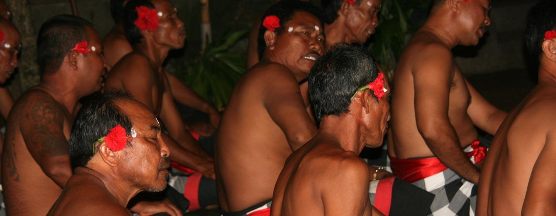 המקהלה בריקוד הקצ'אק - האי באלי, אינדונזיה