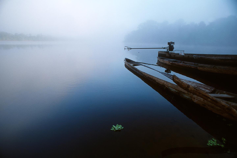 סירות קאנו ביובל של נהר אמזונס בג'ונגלים של פרו
