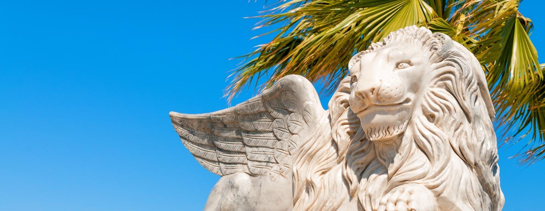 פסל אריה מכונף בשדרת פיניקוד'ס בלרנקה, קפריסין