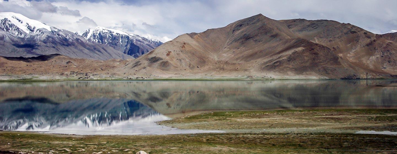 אגם קראקול השוכן בהרי פאמיר