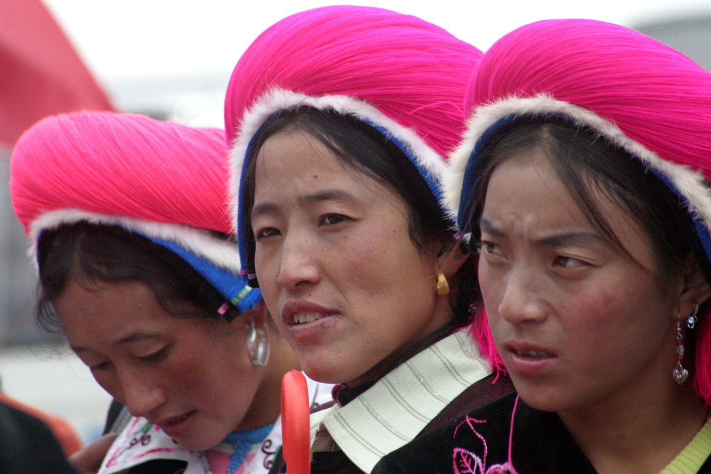 טיבטיות צופות במירוצי סוסים במחוז יונאן בסין