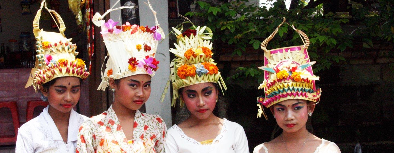 נערות מקושטות לפסטיבל באי באלי, אינדונזיה
