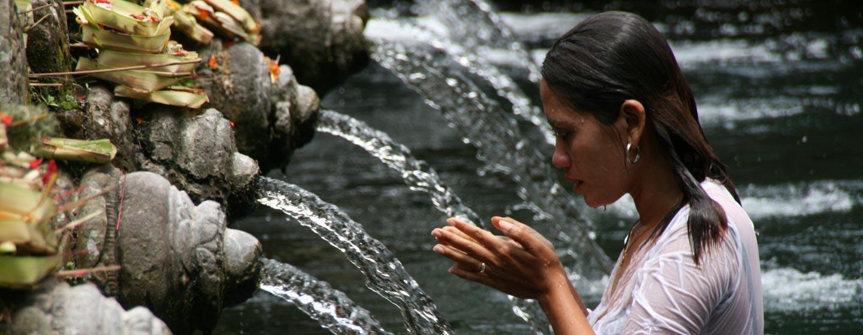 אשה בטקס טיהור, מקדש באי באלי, אינדונזיה