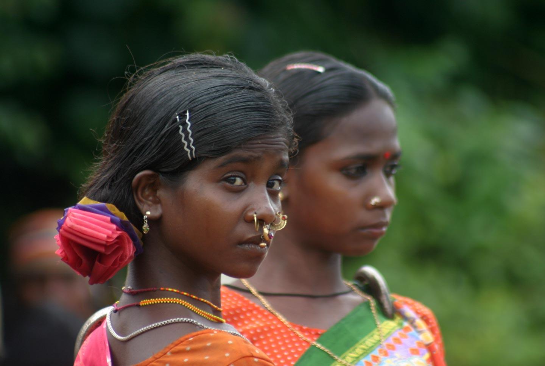נערות בשוק שבטי במזרח הודו