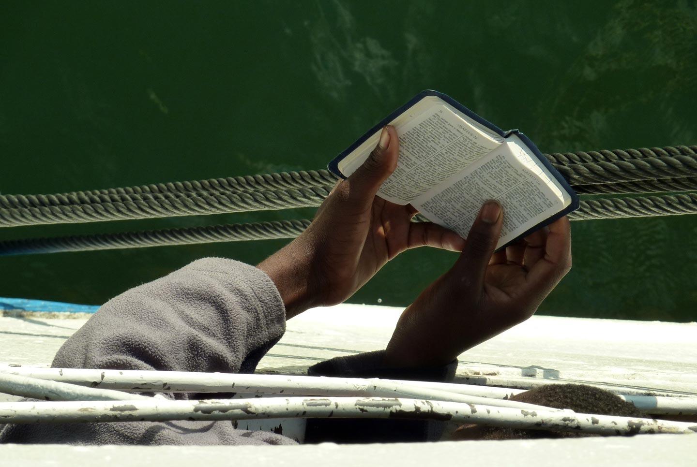 נערה קוראת בכתבי הקודש, אגם מלאווי