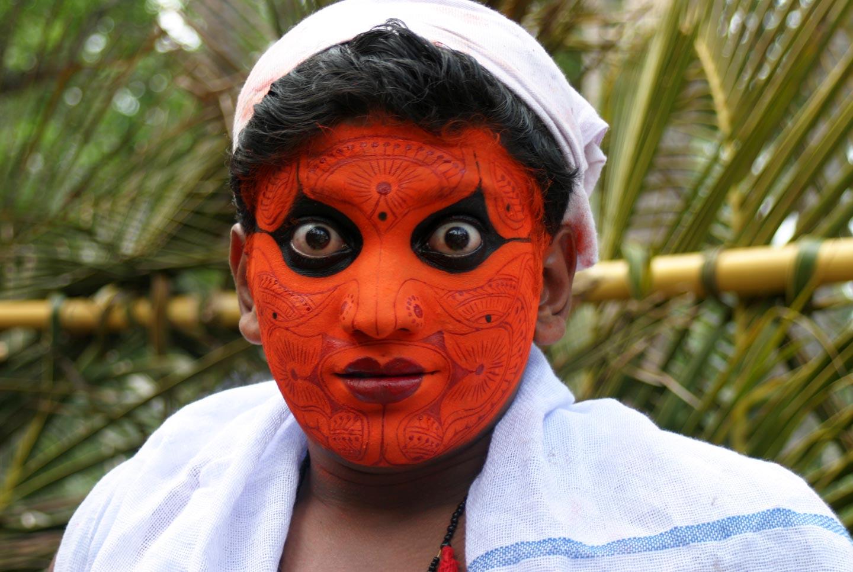 רקדן מתאפר לקראת טקס בקראלה, דרום הודו