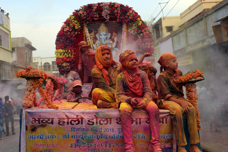 חוגגים בפסטיבל הולי בעיר מאטורה, הודו.