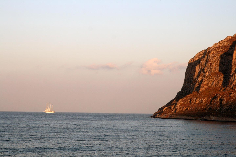 ים כחול, סירה ומצוק בים מירטו, יוון.