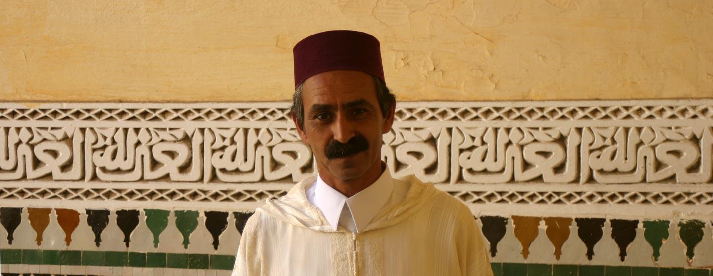 מבקר במואוזוליאום של מולאי איסמעיל בעיר מקנס במרוקו