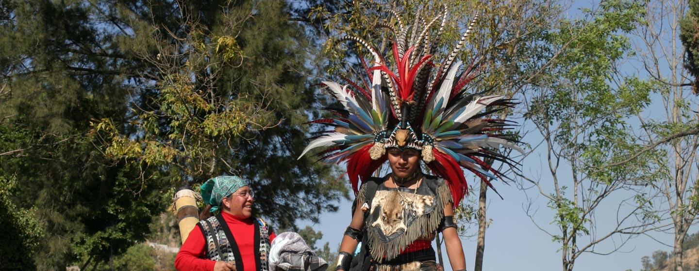 מקסיקו סיטי - אצטקי עם נוצות ולבוש מסורתי בכנסיה של גואדאלופה