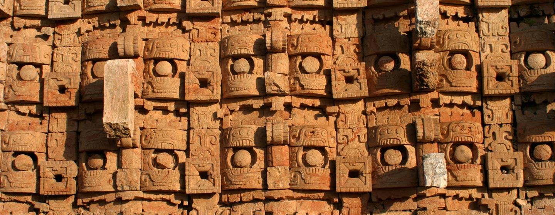 האל צ'אק מתרבות המאיה בחזית מפוארת בחצי האי יוקטאן