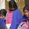 אשה ושתי בנותיה בשוק של סן קריסטובל דה לאס קאסאס, מדינת צ'יאפס, מקסיקו