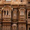 מרפסות מסותתות באבן חול צהובה - בתי סוחרים מחוץ לחומות העיר ג'איסלמר, רג'אסטן, הודו