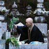 נזיר בבית הקברות של הר קויה, האי הונשו, יפן