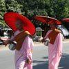 נזירות מקבצות אוכל ברחובות מנדאליי, בורמה עילית, מיאנמר