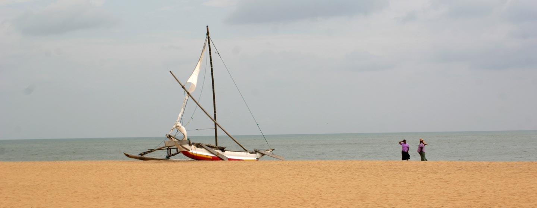 בנטוטה / סרי לנקה - קטמראן על שפת האוקיינוס ההודי