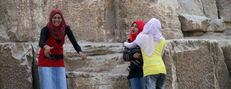 גיזה / מצרים - נערות למרגלות הפירמידות של גיזה
