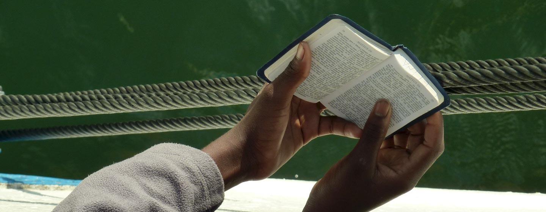 אגם מלאווי - נערה קוראת בכתבי הקודש במעבורת באגם