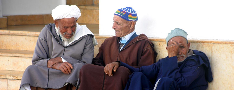 מרוקו - גברים משוחחים בנחת בשוק של איסווירה