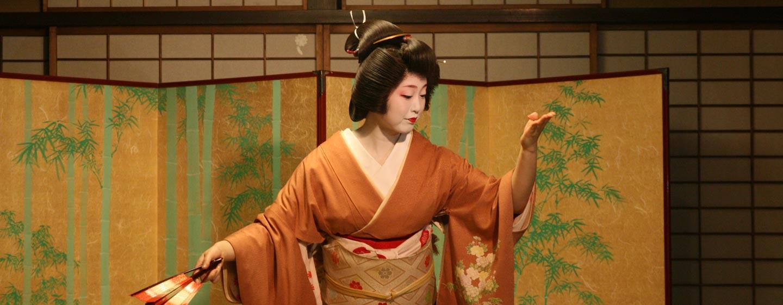 יפן- גיישה בריקוד בבית הארחה יפני בקיוטו