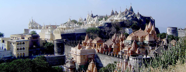 לצד העיירה פליטנה מזדקרת גבעה עם יותר מ-150 מקדשי שיש המוקדשים למורים שונים במסורת הג'יינית