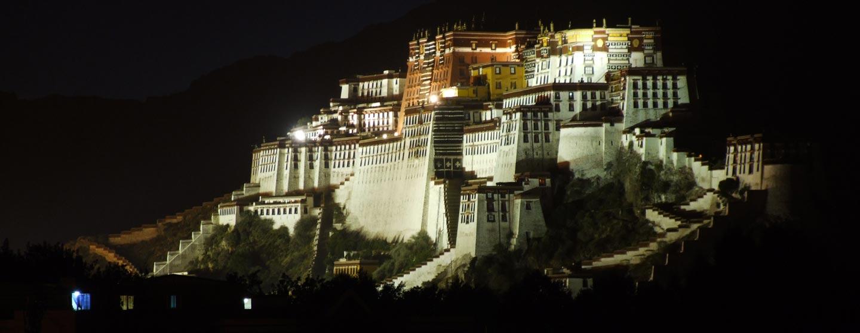 להסה - ארמון החורף של הדלאי לאמה מואר בלילה