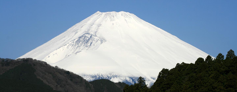 יפן - הפסגה המושלגת של הר פוג'י באביב