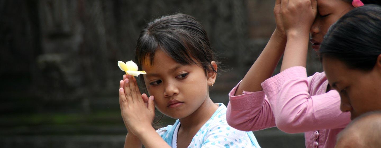 באלי / אינדונזיה - משפחה באלינזית בסגידה לאלים