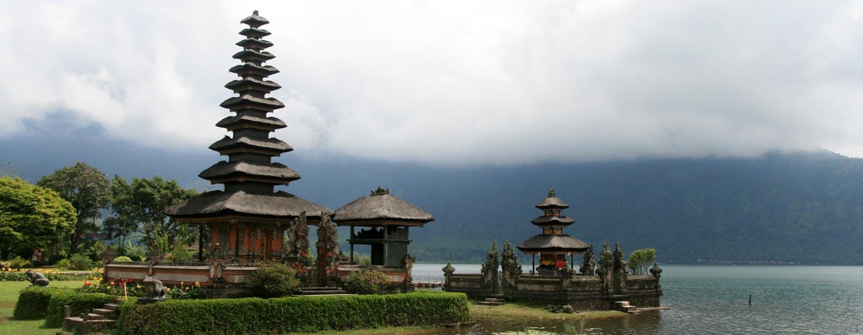 באלי / אינדונזיה - מקדש על שפת אגם בלוע הר געש