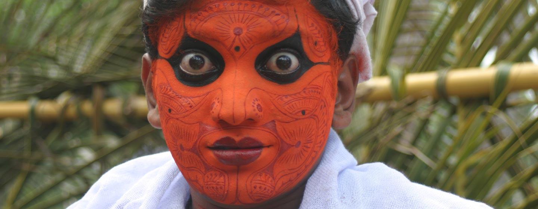 נער מאופר לקראת ריקוד בקראלה - דרום הודו
