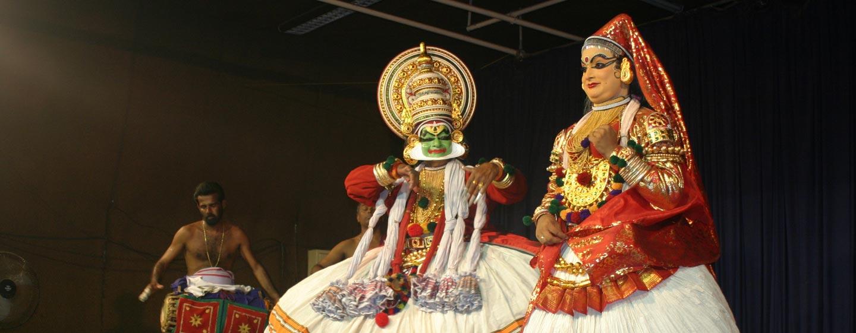 דרום הודו - ריקוד קטקאלי במקדש כפרי בקראלה