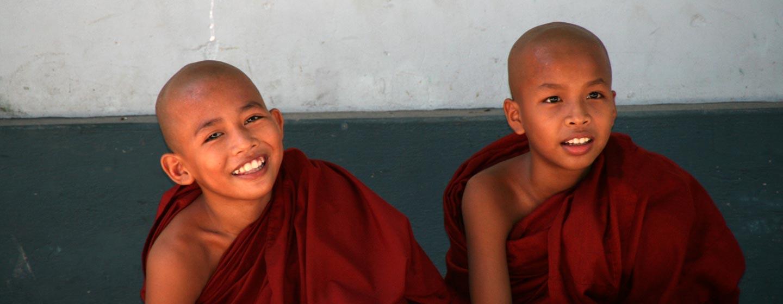נזירים בודהיסטים צעירים במנזר בודהיסטי בבירה הישנה של מנדאליי