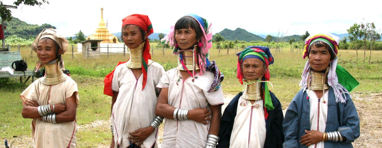 נשים משבט ארוכות הצוואר בכפר בורמזי