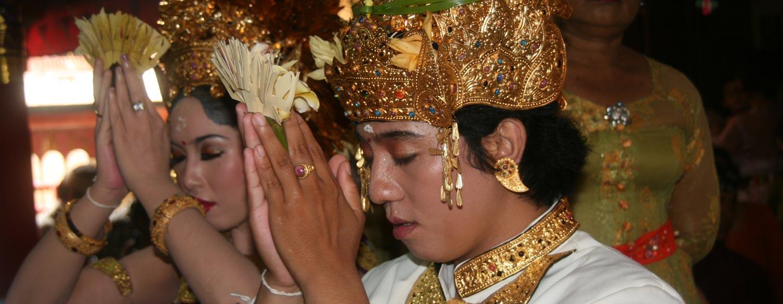 חתן וכלה בעת חופתם - האי באלי | אינדונזיה