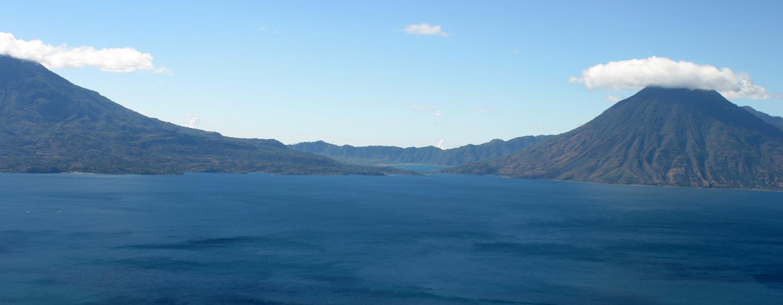 גואטמלה - הרי געש מעל אגם אטיטלן