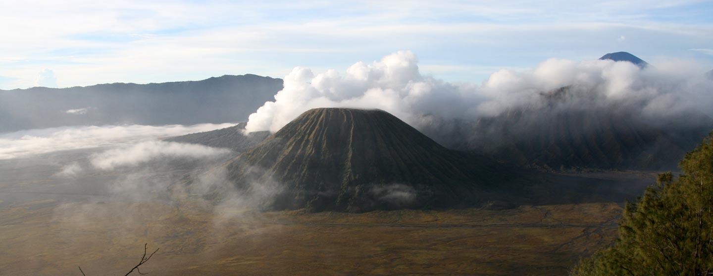 אינדונזיה - לוע מעשן בהר הגעש ברומו באי ג'אווה