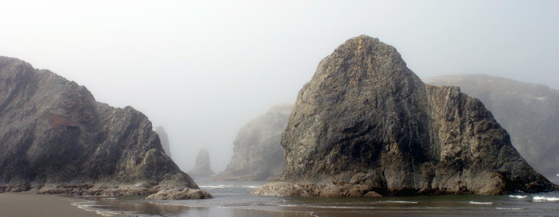 אורגון / ארצות הברית - חוף על שפת האוקיינוס השקט בערפל קייצי