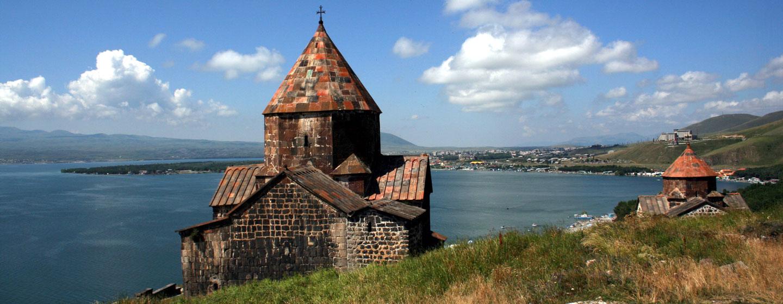 כנסייה על גדת אגם סוואן, ארמניה